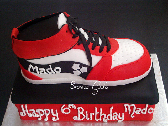 Sneaker on Box Cake (B047)